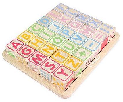 Cubes en bois avec les lettres et les chiffres
