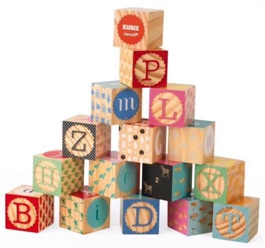 Cubes en bois avec les lettres de l'alphabet